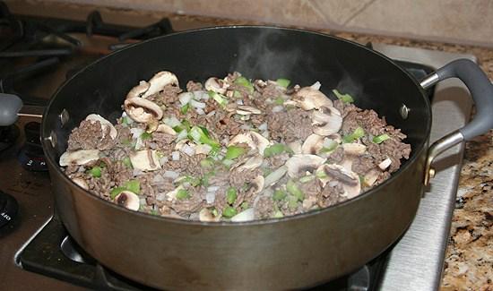 ground beef mushrooms green peppers in skillet